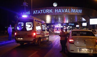 SDT13. ESTAMBUL (TURQUÍA), 28/06/2016.- Médicos esperan para asistir a los heridos tras un atentado suicida perpetrado hoy, martes 28 de junio de 2016, en el mayor aeropuerto de Estambul, Atatürk, que ha causado al menos diez muertos y una veintena de personasheridas, informó hoy el ministro de Justicia de Turquía, Bekir Bozdag. EFE/SEDAT SUNA