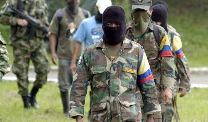 BOG07. CALI (COLOMBIA), 23/06/08.- Siete integrantes del trigésimo frente de la guerrilla de las Fuerzas Armadas Revolucionarias de Colombia (FARC), entre los que se encontraban dos menores de edad, se entregaron hoy, 23 de junio de 2008, a las tropas del Ejercito colombiano, en las instalaciones de la Tercera División en Cali (Colombia). Los guerrilleros afirmaron que se encontraban cercados por los operativos que realizan las Fuerzas Militares en el sector del Naya al sur-occidente del país. EFE/Carlos Ortega COLOMBIA - CONFLICTO