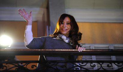 Buenos Aires: La ex presidenta Cristina Fernández de Kirchner se asomó al balcón del Instituto Patria, donde participó de un homenaje al fallecido ex presidente venezolano Hugo Chávez. Foto: Ramiro Gomez/Télam/cf 28/07/2016