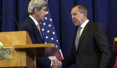 GE512. Geneva (Switzerland Schweiz Suisse), 08/09/2016.- US Secretary of State John Kerry (L) and Russian Foreign Minister Sergei Lavrov (R) shake hands during a press conference held after their meeting in Geneva, Switzerland, 09 September 2016. Their talks focused on the Syrian crisis and on military cooperation against the so-called Islamic State. (Ginebra, Suiza, Siria) EFE/EPA/MARTIAL TREZZINI