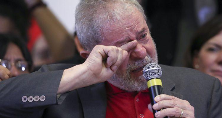 """SAO PAULO ,BRASIL, 15/09/2016 - El expresidente de Brasil Luiz Inácio Lula da Silva hace un pronunciamiento hoy, jueves 15 de septiembre de 2016, en Sao Paulo (Brasil). Luiz Inácio Lula da Silva rechazó hoy las acusaciones de corrupción y lavado de dinero de la Fiscalía y, en un irónico y largo pronunciamiento, dijo que si le prueban algún delito irá caminando hasta la comisaría para su detención. """"Prueben e iré caminando para ser detenido en Curitiba"""", afirmó el ex jefe de Estado al citar la ciudad desde donde la Fiscalía lidera todas las investigaciones sobre el gigantesco escándalo de corrupción en la petrolera Petrobras. EFE/Sebastião Moreira/telam/aa"""