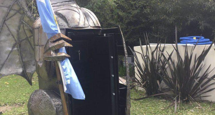 Télam 14/09/2016 Buenos Aires: La policía descubrió hoy una caja fuerte escondida en la estatua de un dragón en el parque de la casa de Walter Carbone, ex tesorero de la Jefatura de Gabinete bonaerense, durante un allanamiento dispuesto por la Justicia en relación con presuntos hechos de corrupción en la gestión del ex gobernador Daniel Scioli. Foto: prensa/aa