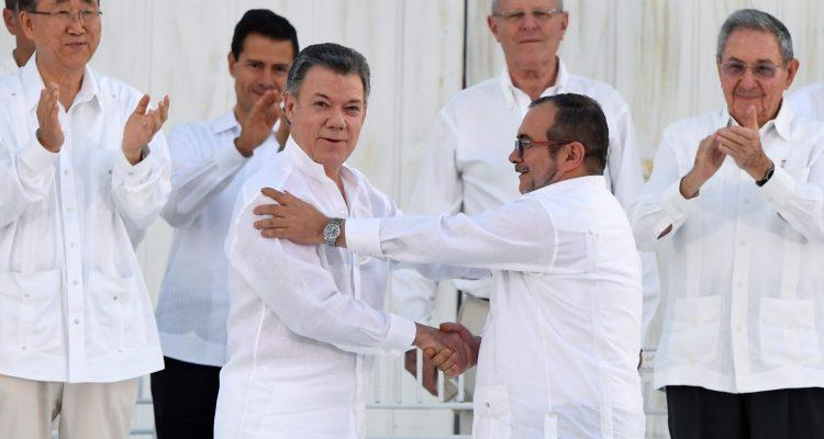 Cartagena de Indias, Colombia: El presidente de Colombia, Juan Manuel Santos, y el jefe de las FARC, Rodrigo Londoño, alias Timochenko, firmaron a las 17.30 (las 19.30 en la Argentina) el histórico acuerdo de paz que pone fin a más de cinco décadas de conflicto armado, en el Centro de Convenciones de Cartagena de Indias y ante la presencia de 2.500 invitados especiales, entre ellos decenas de jefes de Estado y otros altos funcionarios.  / AFP PHOTO / Luis ACOSTA 26092016  cf