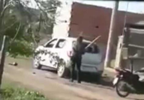 9e265f577282b5 Una mujer destrozó el auto de su expareja con un palo delante de todos los  vecinosDe la Bahia
