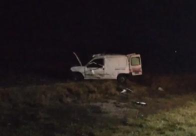 Un vehículo con varios ocupantes volcó en la ruta 3